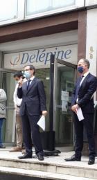 Le personnel et les dirigeants du CFA Delépine sur les marches de l'établissement, lisant leur lettre aux apprentis.