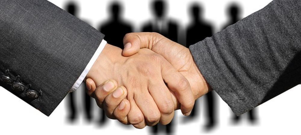 Poignée de main pour signature d'un contrat reforme d'apprentissage