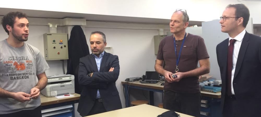 Dans un des ateliers du CFA, échange entre un apprenti, son formateur et le député Sylvain Maillard.